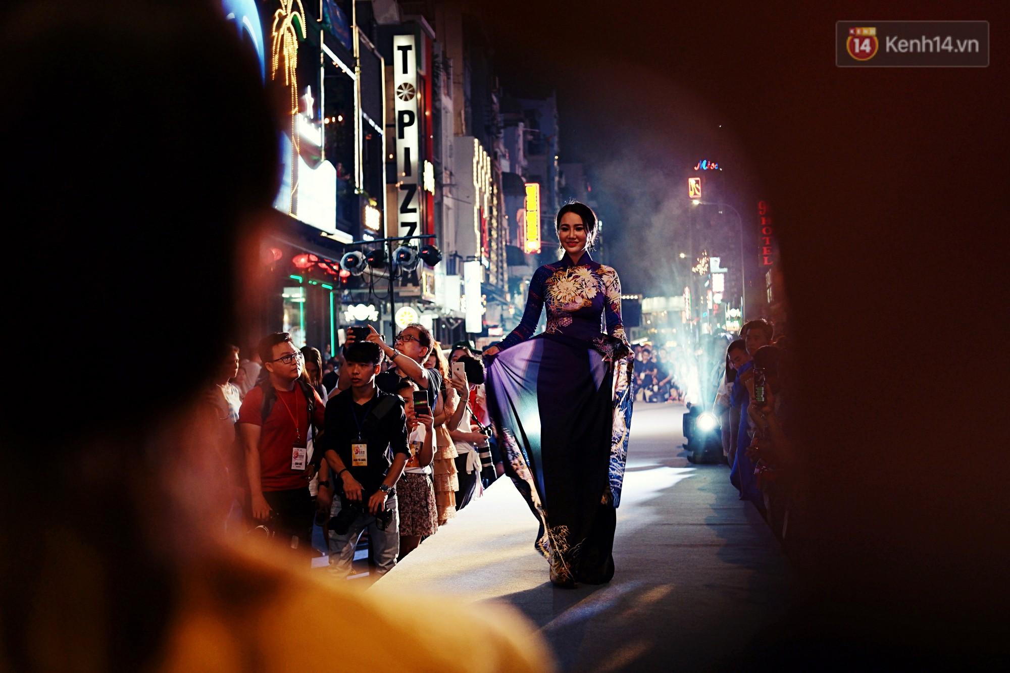 Phố đi bộ Bùi Viện náo nhiệt với màn trình diễn áo dài ấn tượng, du khách nước ngoài thích thú chiêm ngưỡng - Ảnh 6.