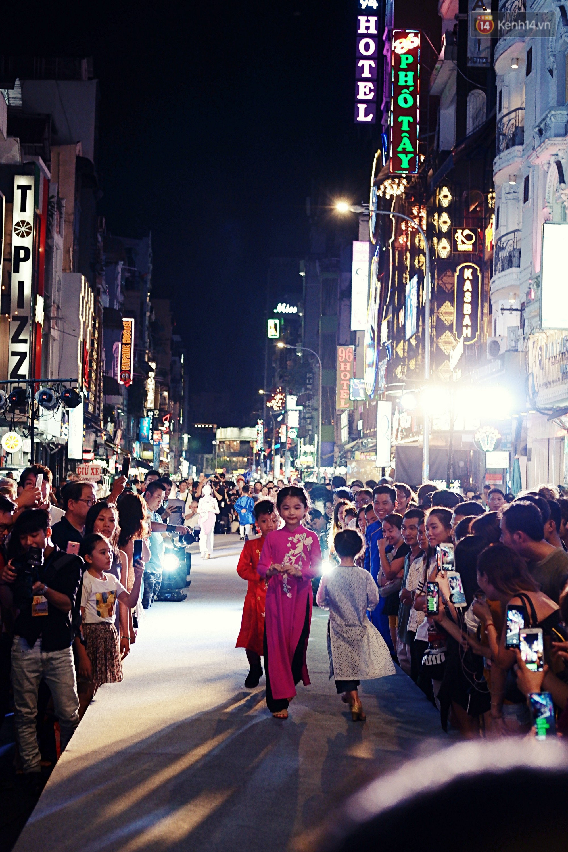 Phố đi bộ Bùi Viện náo nhiệt với màn trình diễn áo dài ấn tượng, du khách nước ngoài thích thú chiêm ngưỡng - Ảnh 4.