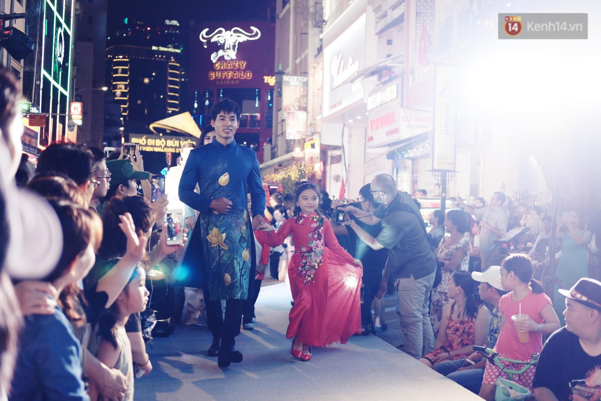 Phố đi bộ Bùi Viện náo nhiệt với màn trình diễn áo dài ấn tượng, du khách nước ngoài thích thú chiêm ngưỡng - Ảnh 3.