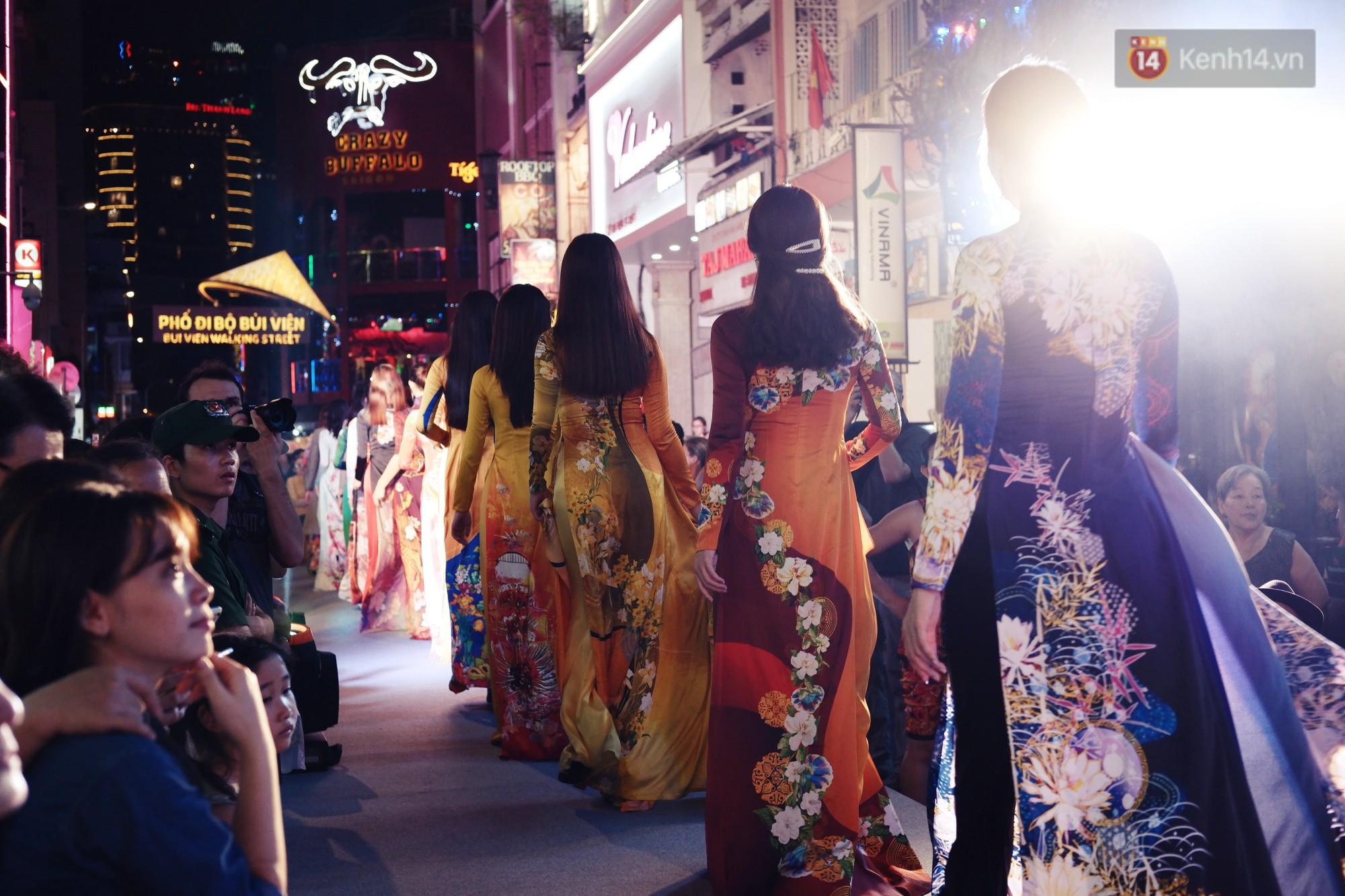Phố đi bộ Bùi Viện náo nhiệt với màn trình diễn áo dài ấn tượng, du khách nước ngoài thích thú chiêm ngưỡng - Ảnh 7.