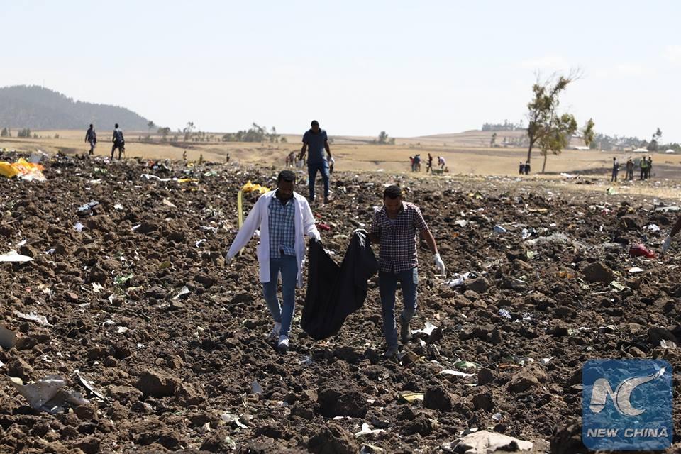 Hiện trường rơi máy bay thảm khốc ở Ethiopia: Thi thể nạn nhân la liệt, khung cảnh tang thương đầy ám ảnh - Ảnh 13.
