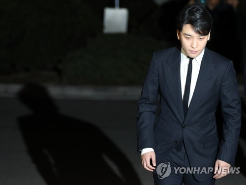 Seungri chính thức thành nghi phạm môi giới mại dâm, hơn 20 cảnh sát tiến hành truy bắt và lục soát club người lớn - Ảnh 2.