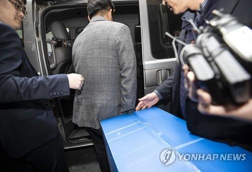 Seungri chính thức thành nghi phạm môi giới mại dâm, hơn 20 cảnh sát tiến hành truy bắt và lục soát club người lớn - Ảnh 3.