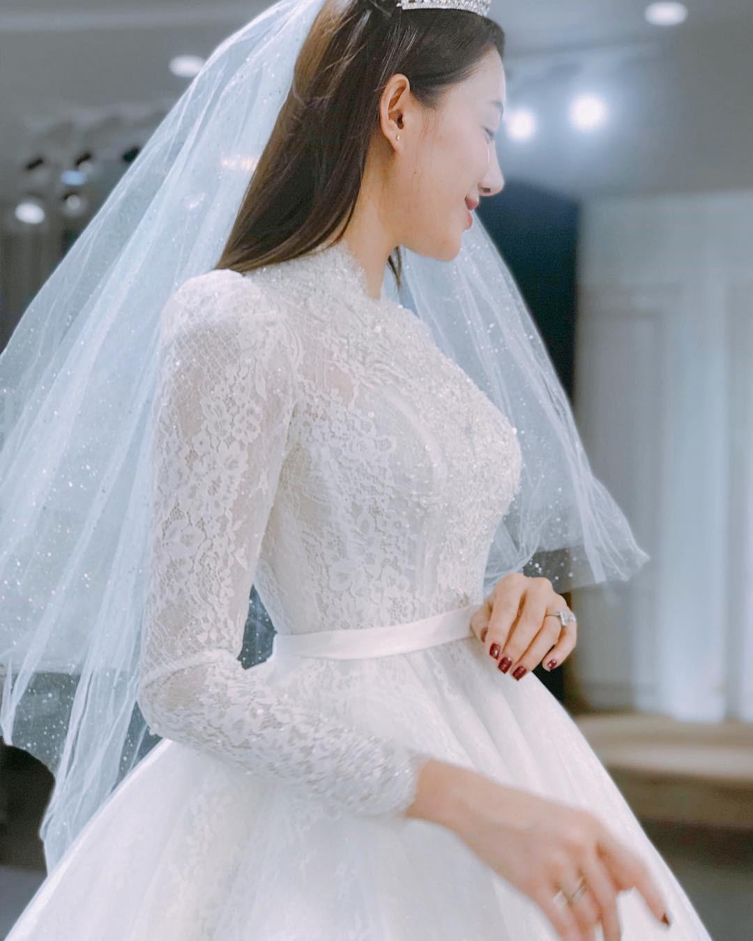 Lê Hà khoe khoảnh khắc thử váy cưới chuẩn bị cho ngày trọng đại với ông xã soái ca - Ảnh 1.