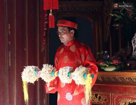 Hàng trăm trai làng lao vào tranh cướp trong lễ hội cầu may giằng bông Sơn Đồng - Ảnh 1.