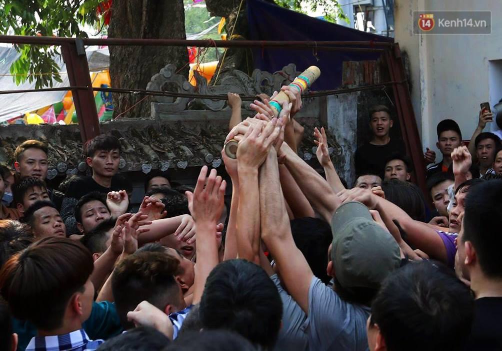 Hàng trăm trai làng lao vào tranh cướp trong lễ hội cầu may giằng bông Sơn Đồng - Ảnh 3.
