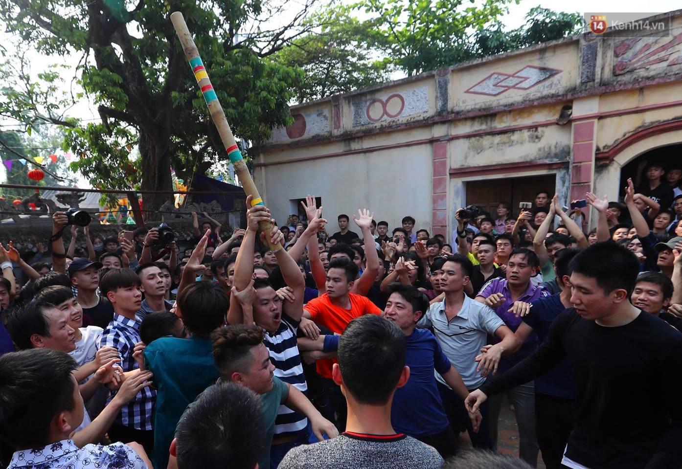Hàng trăm trai làng lao vào tranh cướp trong lễ hội cầu may giằng bông Sơn Đồng - Ảnh 2.