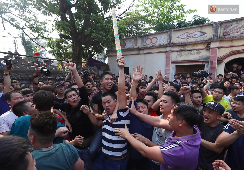 Hàng trăm trai làng lao vào tranh cướp trong lễ hội cầu may giằng bông Sơn Đồng - Ảnh 5.