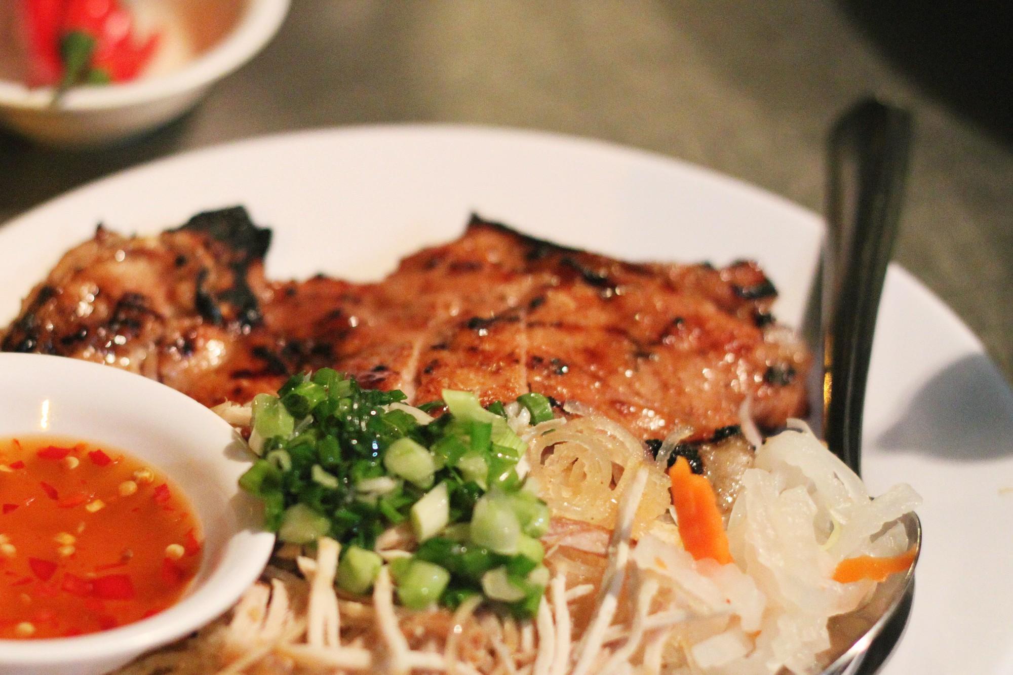 Sài Gòn có những quán ăn thách thức thực khách nhưng chẳng ai thấy phiền, thậm chí còn chưa bao giờ bớt... đông - Ảnh 3.