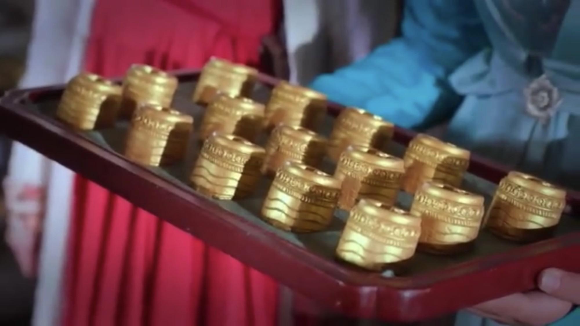 Còn Tiểu Phong hồn nhiên tặng hẳn 100 thỏi vàng...