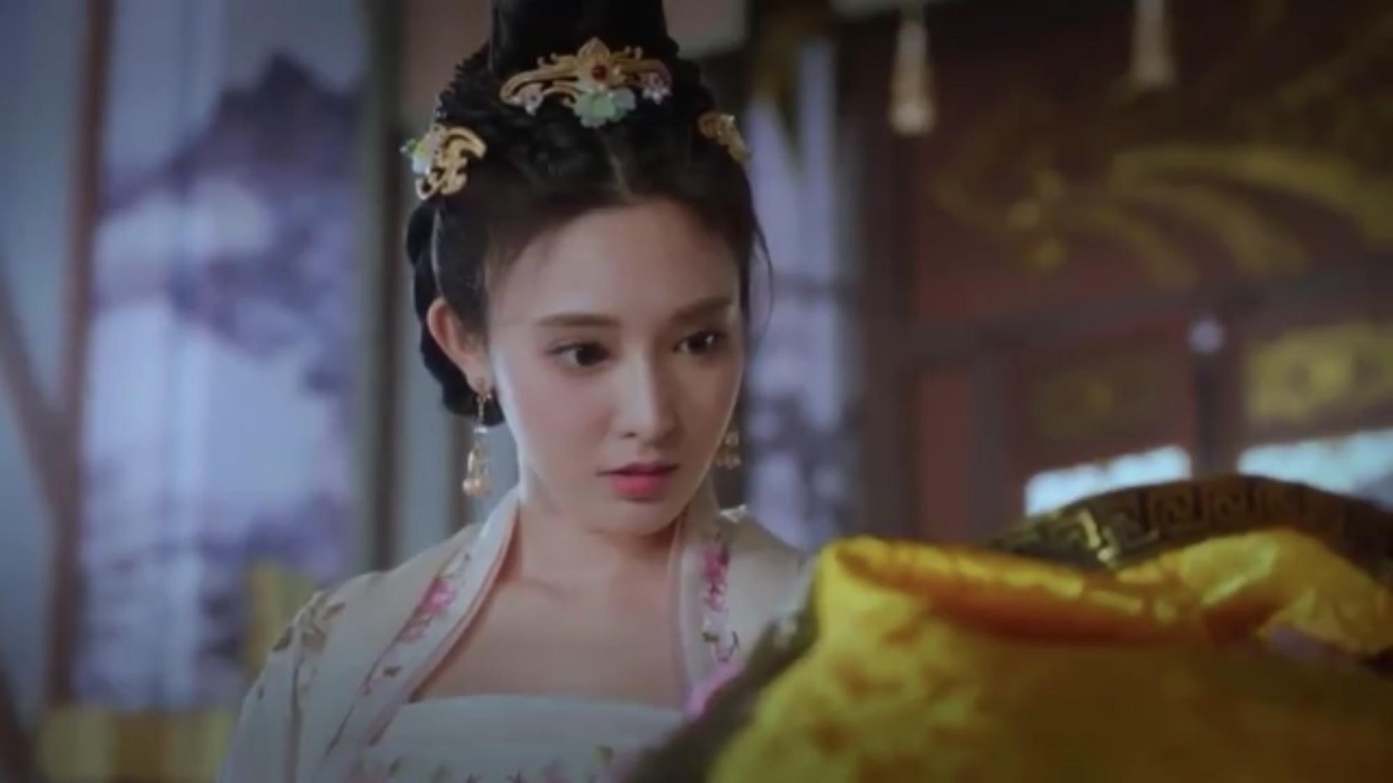 Tiểu Phong vừa ngạc nhiên vừa cảm động khi nhận món quà đầy dụng tâm của Lý Thừa Ngân.