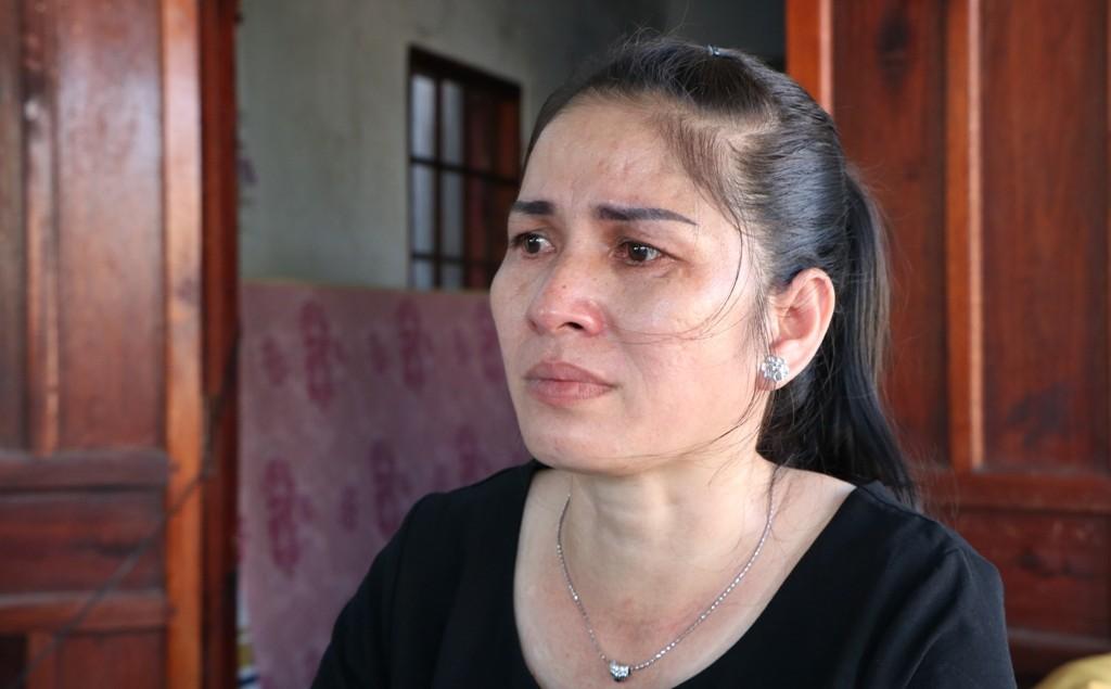 Ánh mắt rưng rưng của chị Nguyễn Thị Thu Nga (mẹ em Trần Công Mẫn). (Ảnh: Duy Quan).