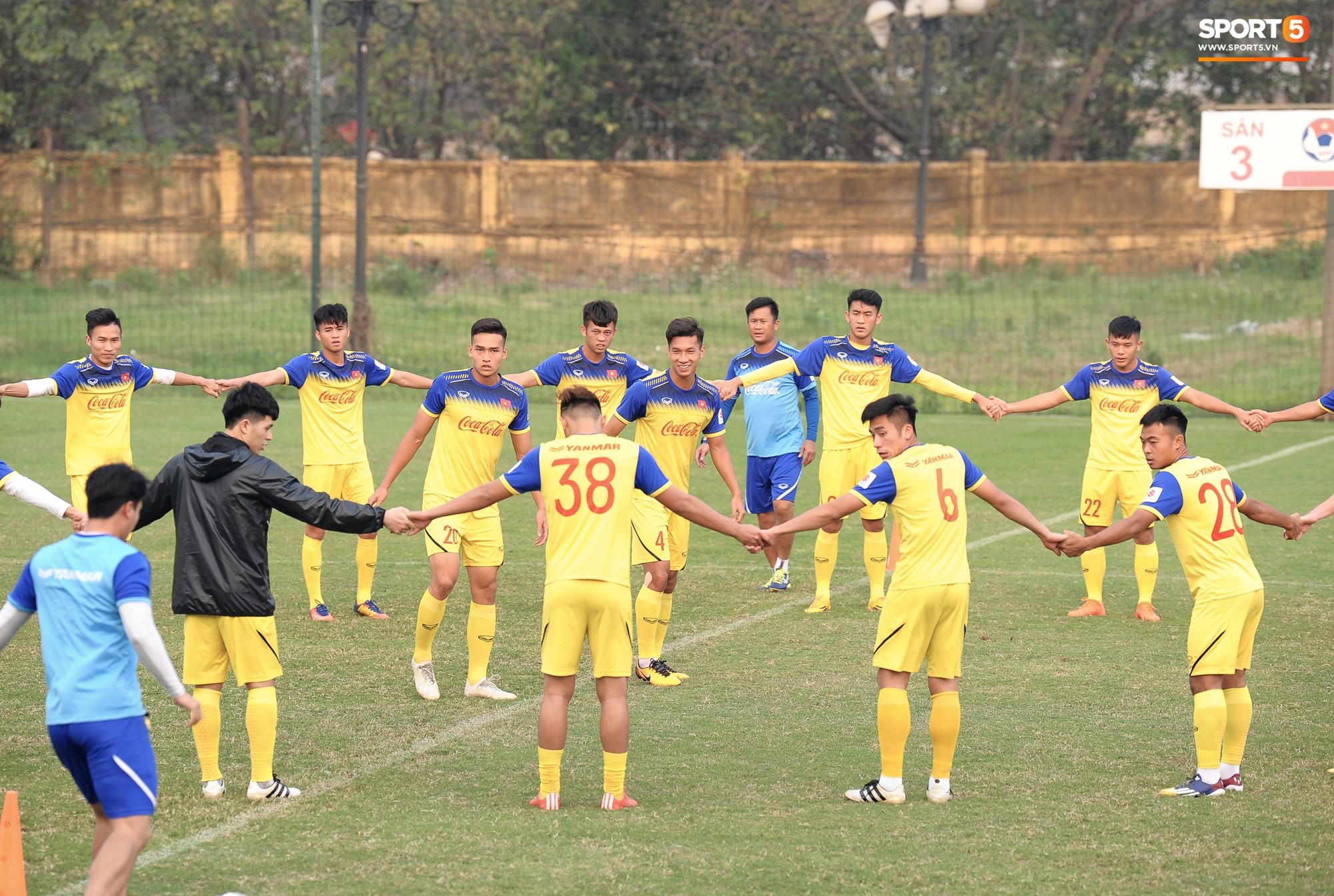 Đá ma mà cũng nắm chặt tay nhau thế này, bảo sao tuyển U23 Việt Nam luôn đoàn kết - Ảnh 2.