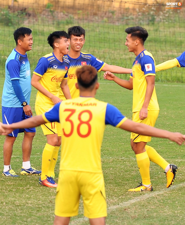 Đá ma mà cũng nắm chặt tay nhau thế này, bảo sao tuyển U23 Việt Nam luôn đoàn kết - Ảnh 7.