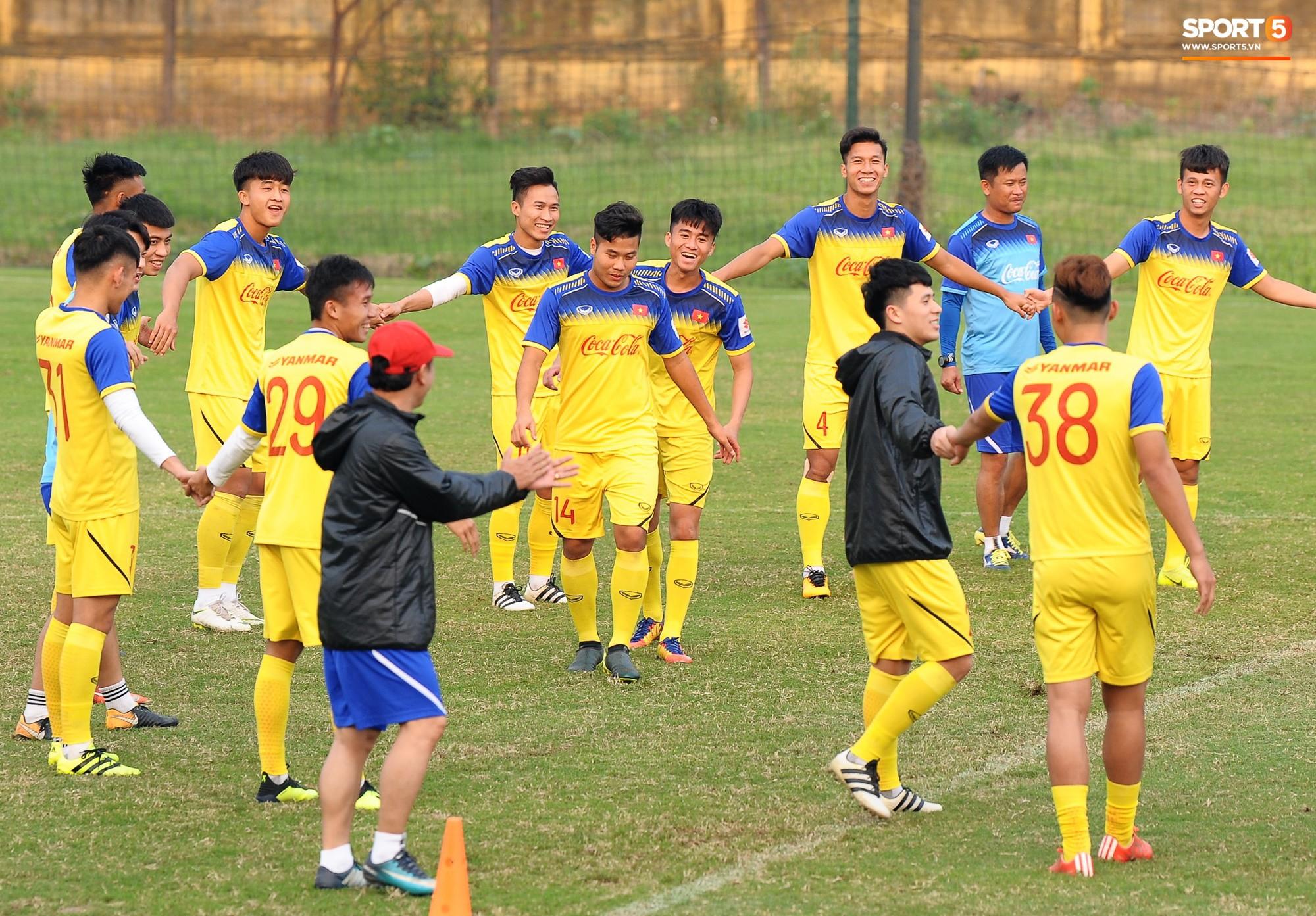 Đá ma mà cũng nắm chặt tay nhau thế này, bảo sao tuyển U23 Việt Nam luôn đoàn kết - Ảnh 6.