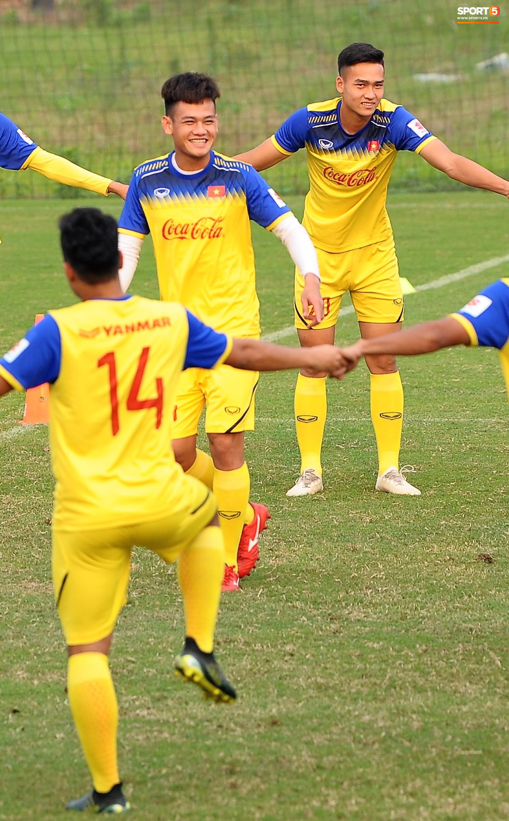 Đá ma mà cũng nắm chặt tay nhau thế này, bảo sao tuyển U23 Việt Nam luôn đoàn kết - Ảnh 4.