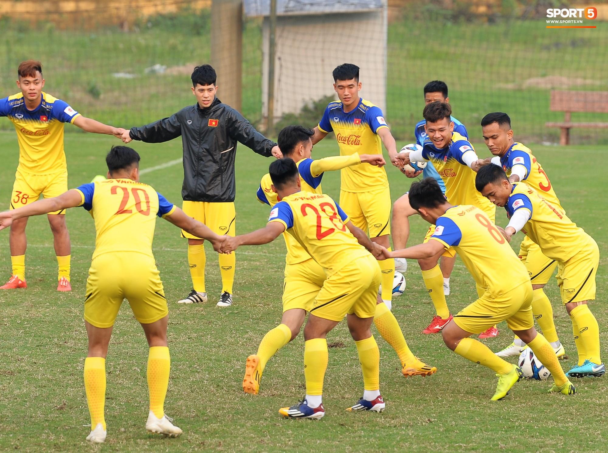 Đá ma mà cũng nắm chặt tay nhau thế này, bảo sao tuyển U23 Việt Nam luôn đoàn kết - Ảnh 3.
