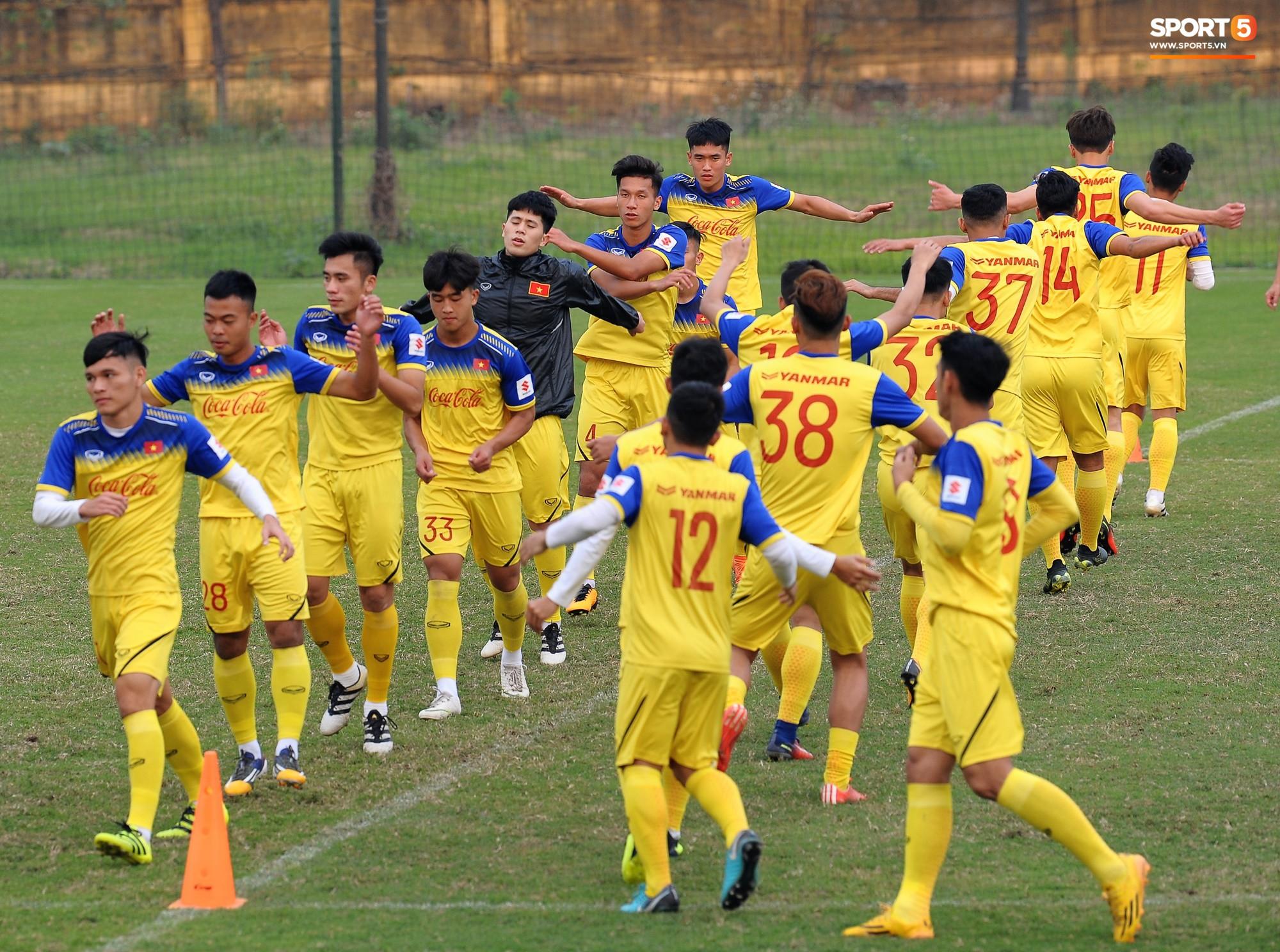 Đá ma mà cũng nắm chặt tay nhau thế này, bảo sao tuyển U23 Việt Nam luôn đoàn kết - Ảnh 10.