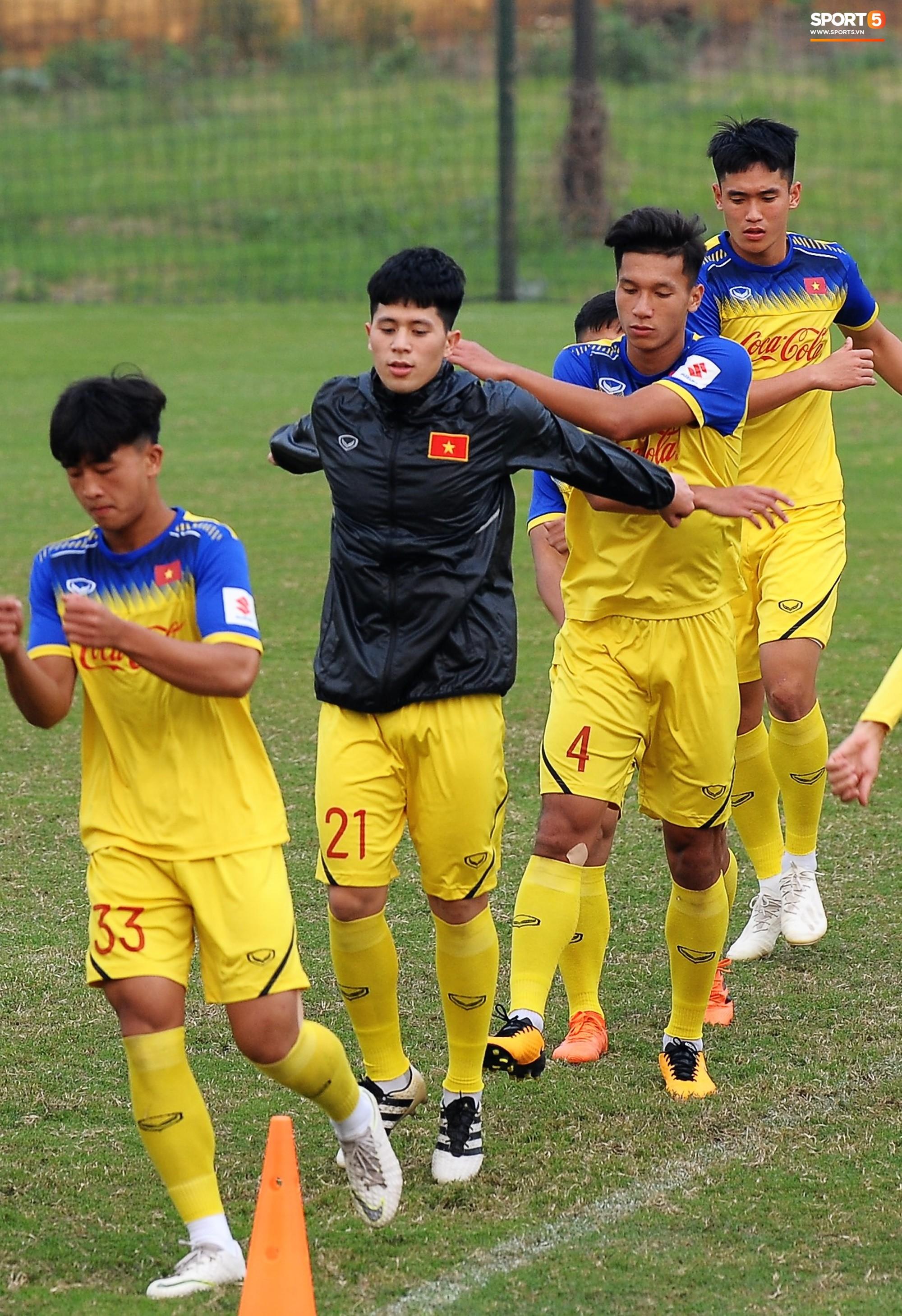 Đá ma mà cũng nắm chặt tay nhau thế này, bảo sao tuyển U23 Việt Nam luôn đoàn kết - Ảnh 9.
