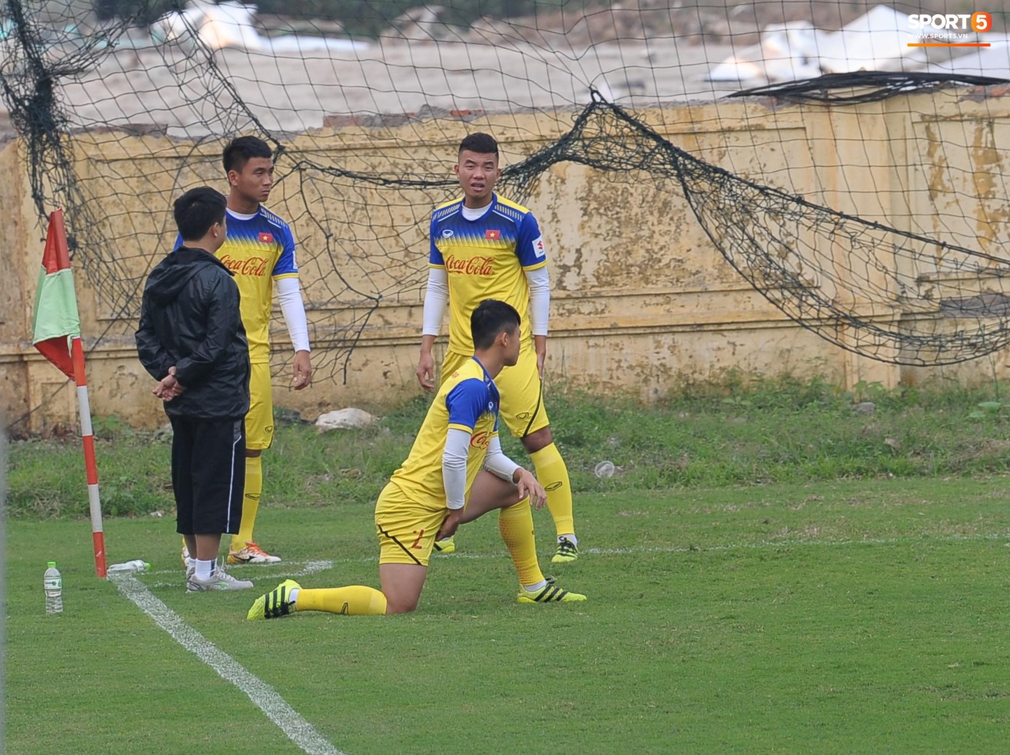 Đá ma mà cũng nắm chặt tay nhau thế này, bảo sao tuyển U23 Việt Nam luôn đoàn kết - Ảnh 11.