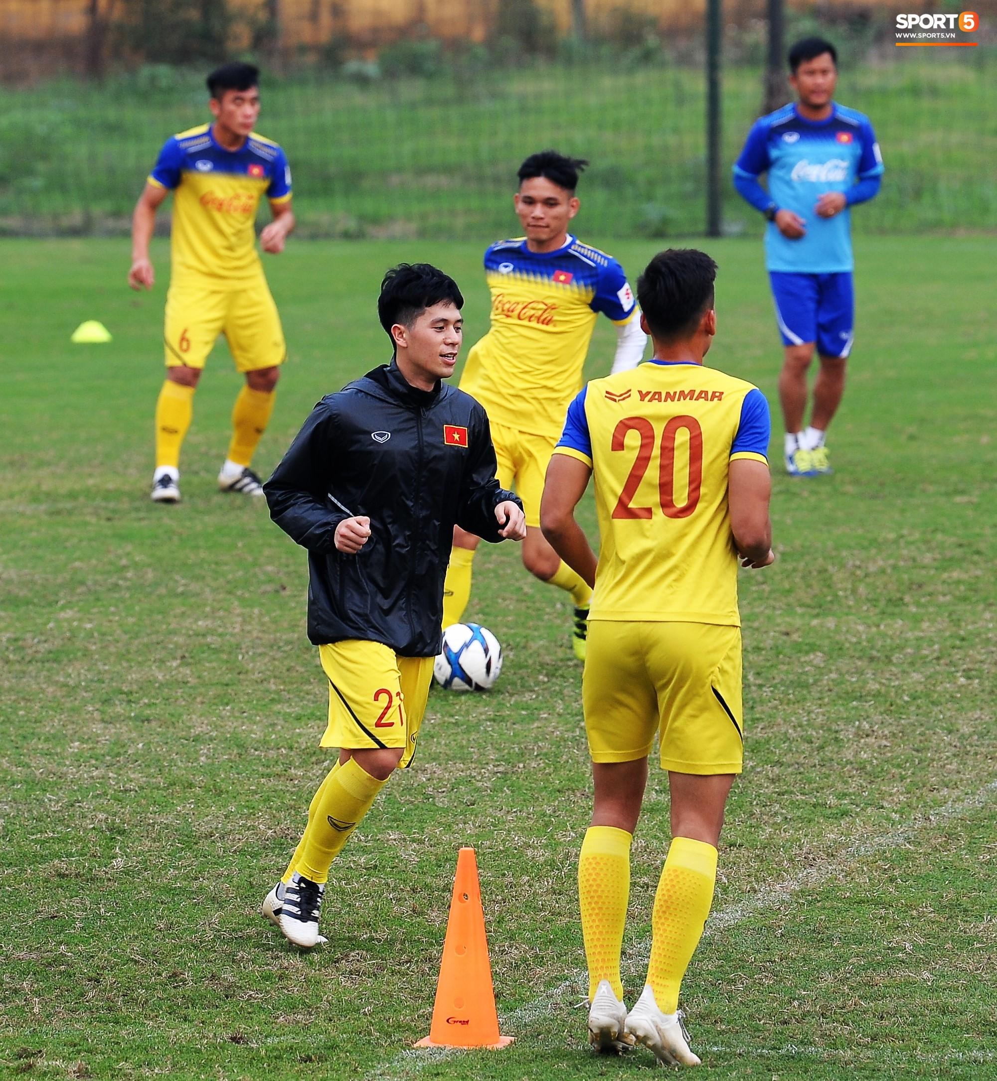 Đá ma mà cũng nắm chặt tay nhau thế này, bảo sao tuyển U23 Việt Nam luôn đoàn kết - Ảnh 8.