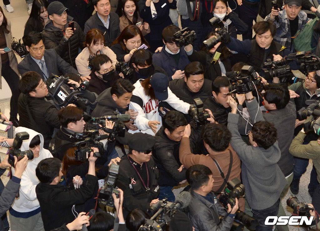 Khung cảnh hỗn loạn Jung Joon Young bị phóng viên bao vây khi về nước: Nhìn là biết dư luận Hàn Quốc phẫn nộ cỡ nào! - Ảnh 8.