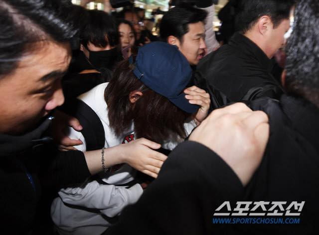 Khung cảnh hỗn loạn Jung Joon Young bị phóng viên bao vây khi về nước: Nhìn là biết dư luận Hàn Quốc phẫn nộ cỡ nào! - Ảnh 10.