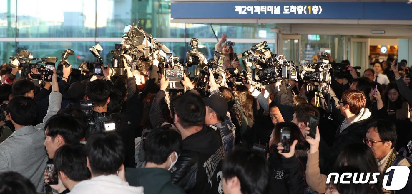 Khung cảnh hỗn loạn Jung Joon Young bị phóng viên bao vây khi về nước: Nhìn là biết dư luận Hàn Quốc phẫn nộ cỡ nào! - Ảnh 12.