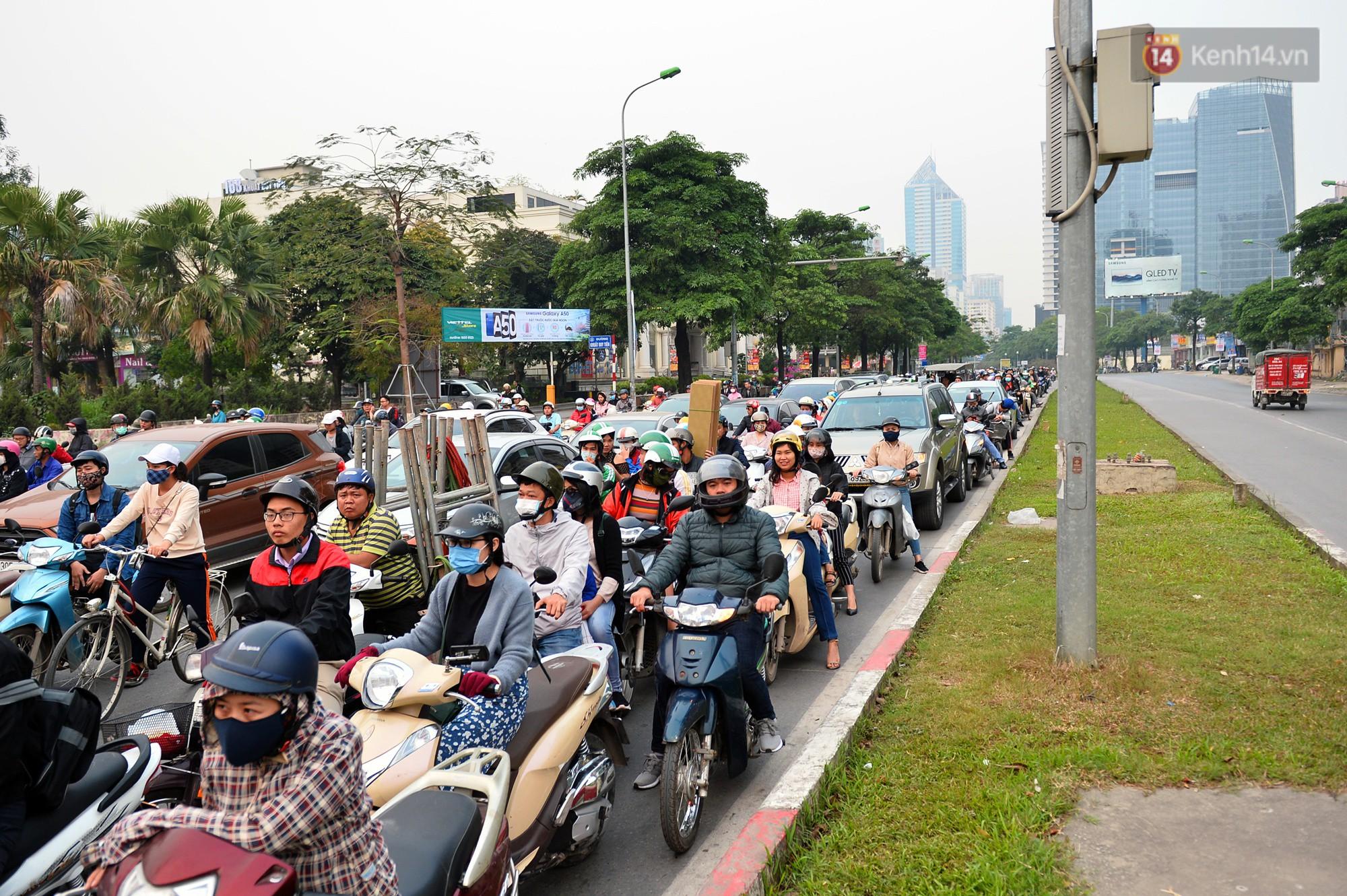 Chùm ảnh: Đây là cảnh tượng diễn ra mỗi ngày trên tuyến đường Hà Nội dự kiến cấm xe máy vào giờ cao điểm - Ảnh 4.