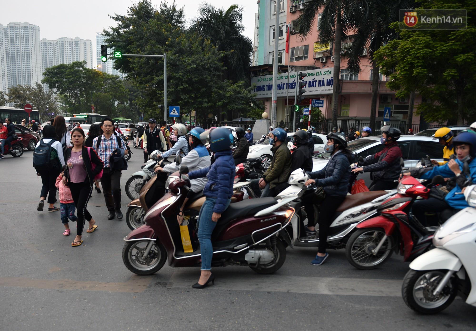 Chùm ảnh: Đây là cảnh tượng diễn ra mỗi ngày trên tuyến đường Hà Nội dự kiến cấm xe máy vào giờ cao điểm - Ảnh 7.