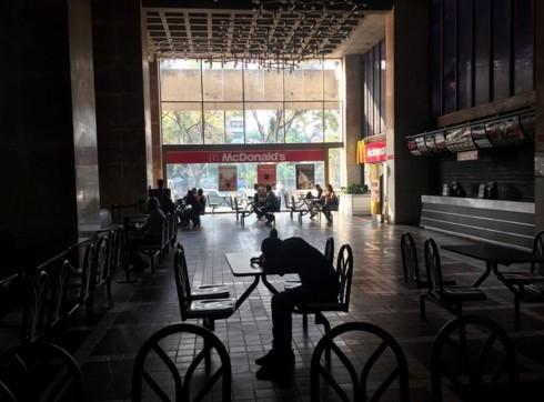 Venezuela tiếp tục dừng các hoạt động kinh doanh và trường học - Ảnh 1.