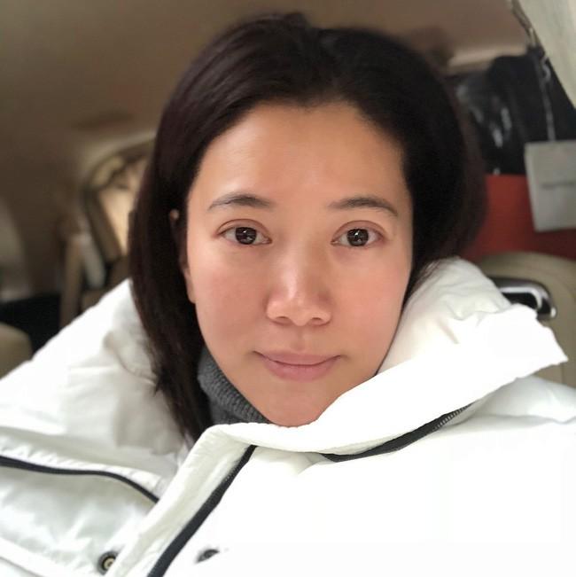 Đã 48 tuổi mà Viên Vịnh Nghi vẫn kiêu hãnh khoe làn da mộc căng khỏe mịn mướt, và đây là 4 bí mật skincare của cô - Ảnh 1.