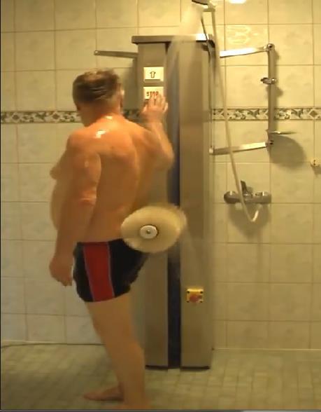 Nhìn qua tưởng máy rửa xe, lại gần mới biết là máy tắm tự động của ông chú Phần Lan - Ảnh 4.