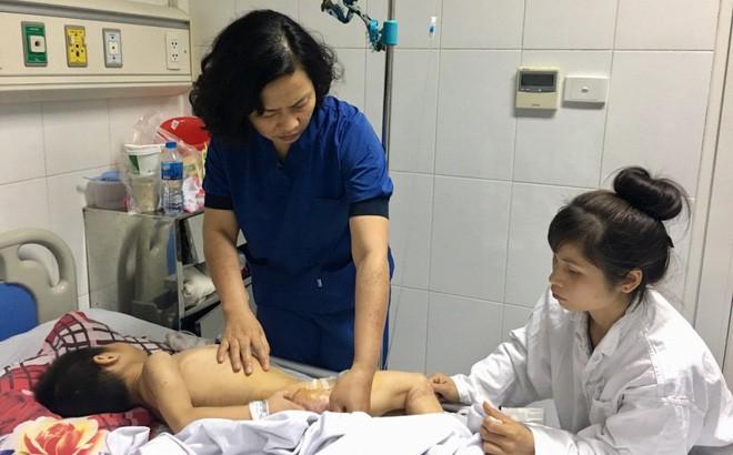 Yên Bái: Bé trai 9 tuổi bại não bị 4 con chó của nhà trèo lên giường cắn đứt vùng kín - Ảnh 1.