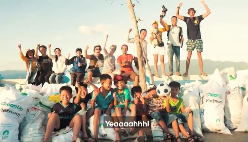Clip về sự thay đổi của bãi biển Nha Trang nhờ nhóm bạn ngoại quốc khiến cộng đồng trầm trồ: Nơi ngập rác thành sân bóng cho trẻ em - Ảnh 7.