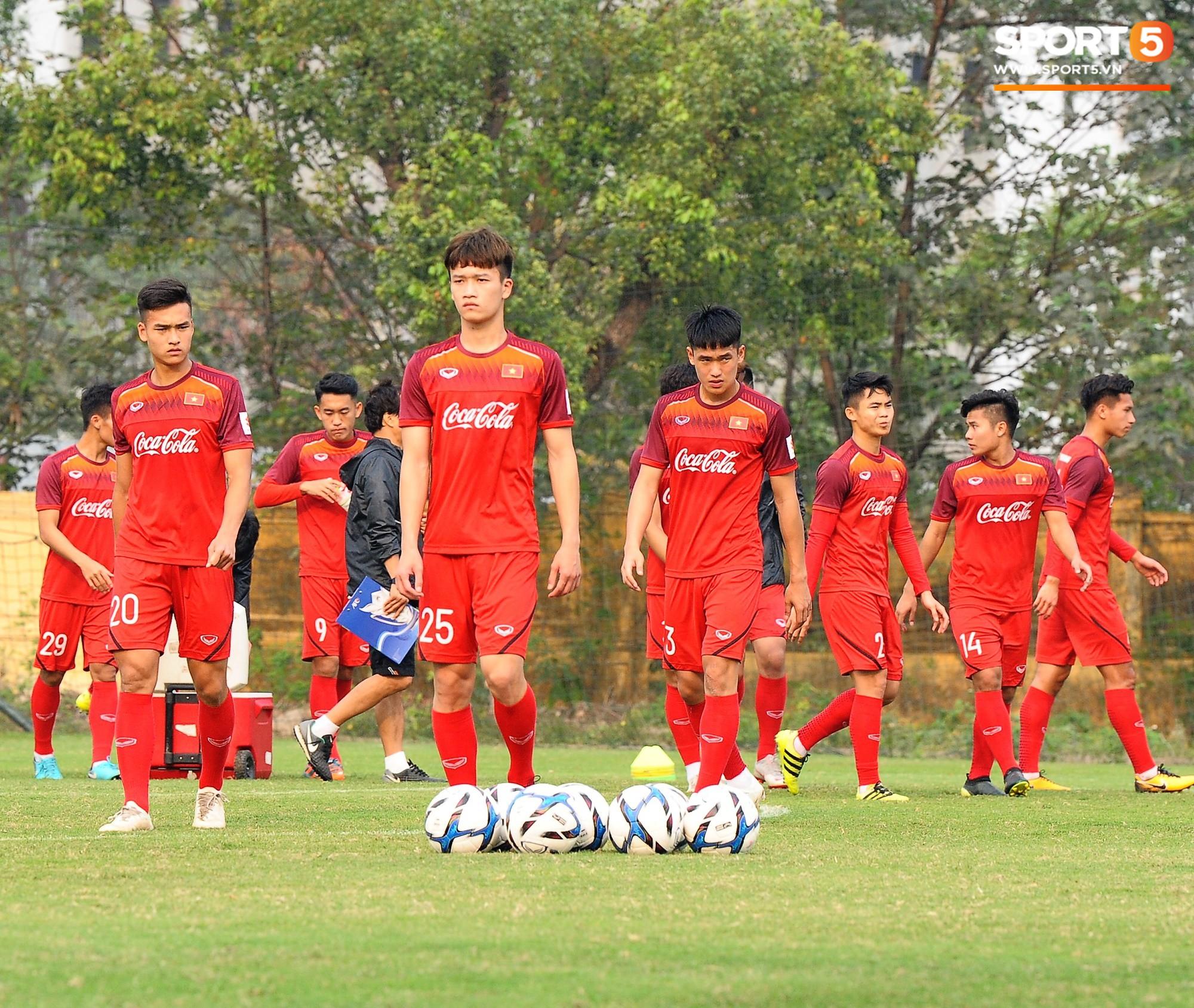 Bằng chứng cho thấy Đình Trọng chẳng làm gì cũng auto chiếm spotlight của các thầy tuyển U23 Việt Nam