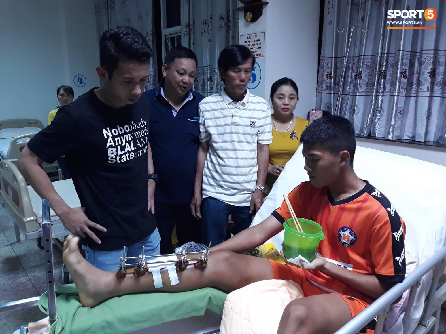 Duy Pinky và nghĩa cử cao đẹp dành cho cầu thủ bị gãy chân của U19 Đà Nẵng - Ảnh 1.