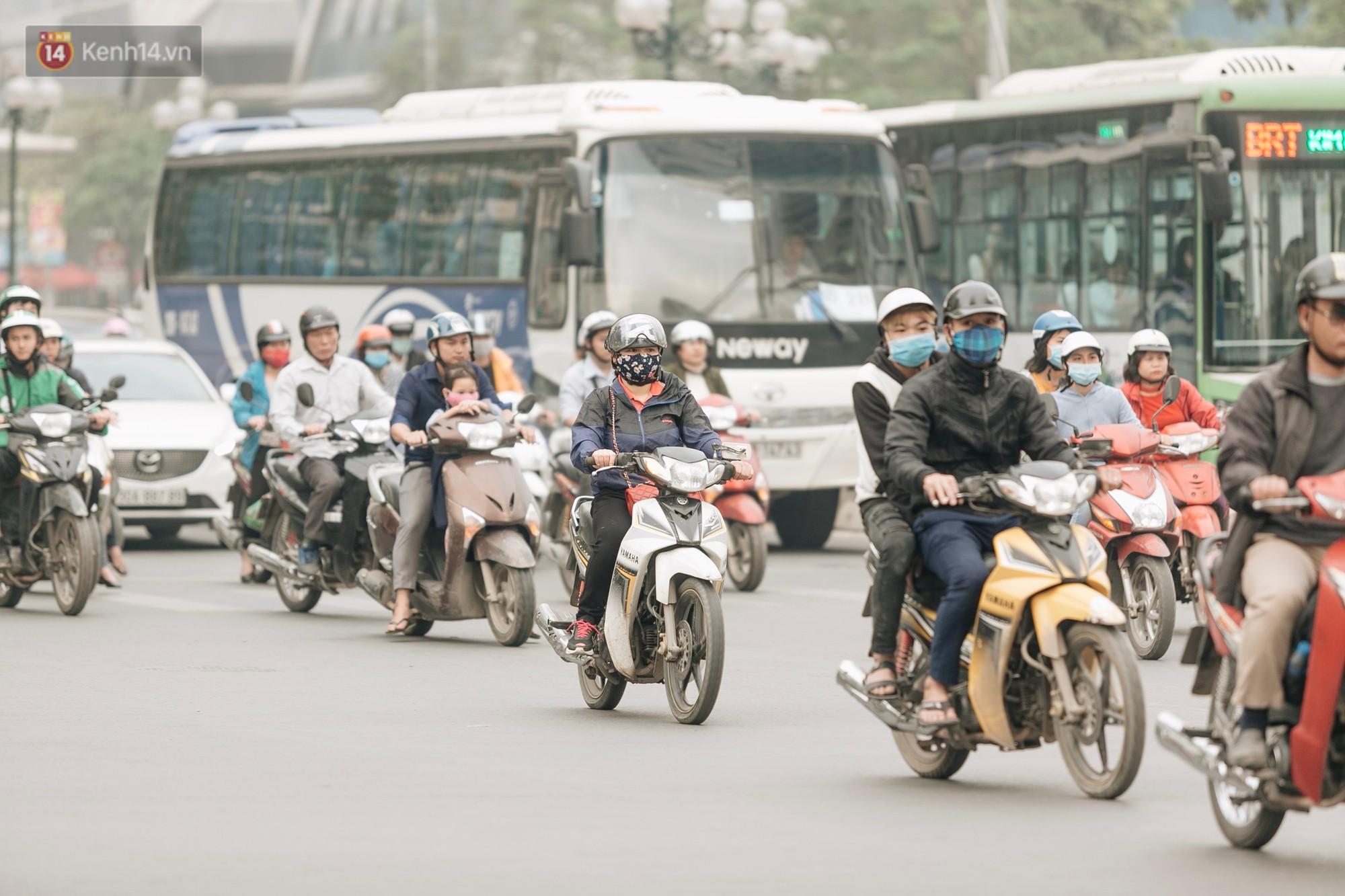 Chuyên gia và người dân nói về thí điểm cấm xe máy trên 2 tuyến đường ở Hà Nội: Phải có lộ trình, sau đó từng bước phát triển hạ tầng, giao thông công cộng - Ảnh 4.
