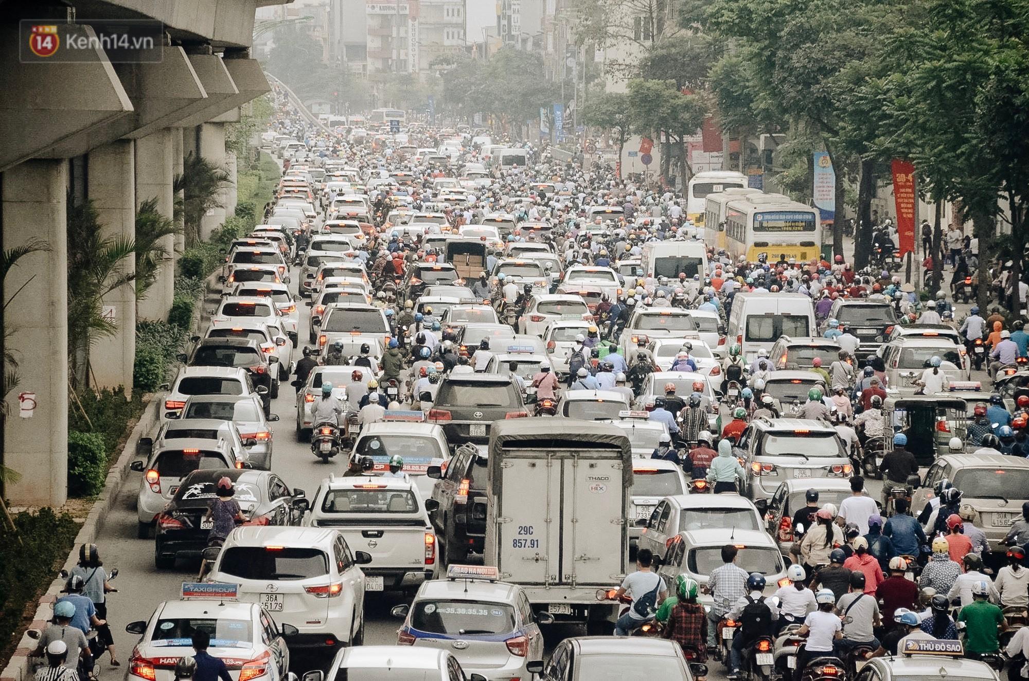 Chuyên gia và người dân nói về thí điểm cấm xe máy trên 2 tuyến đường ở Hà Nội: Phải có lộ trình, sau đó từng bước phát triển hạ tầng, giao thông công cộng - Ảnh 2.