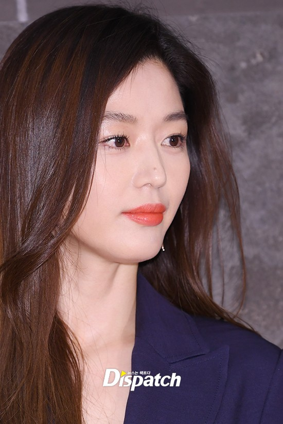 Đẹp không góc chết thế này, bảo sao Jeon Ji Hyun chỉ makeup sương sương, ăn vận đơn giản mà vẫn khiến dân tình ngẩn ngơ - Ảnh 3.
