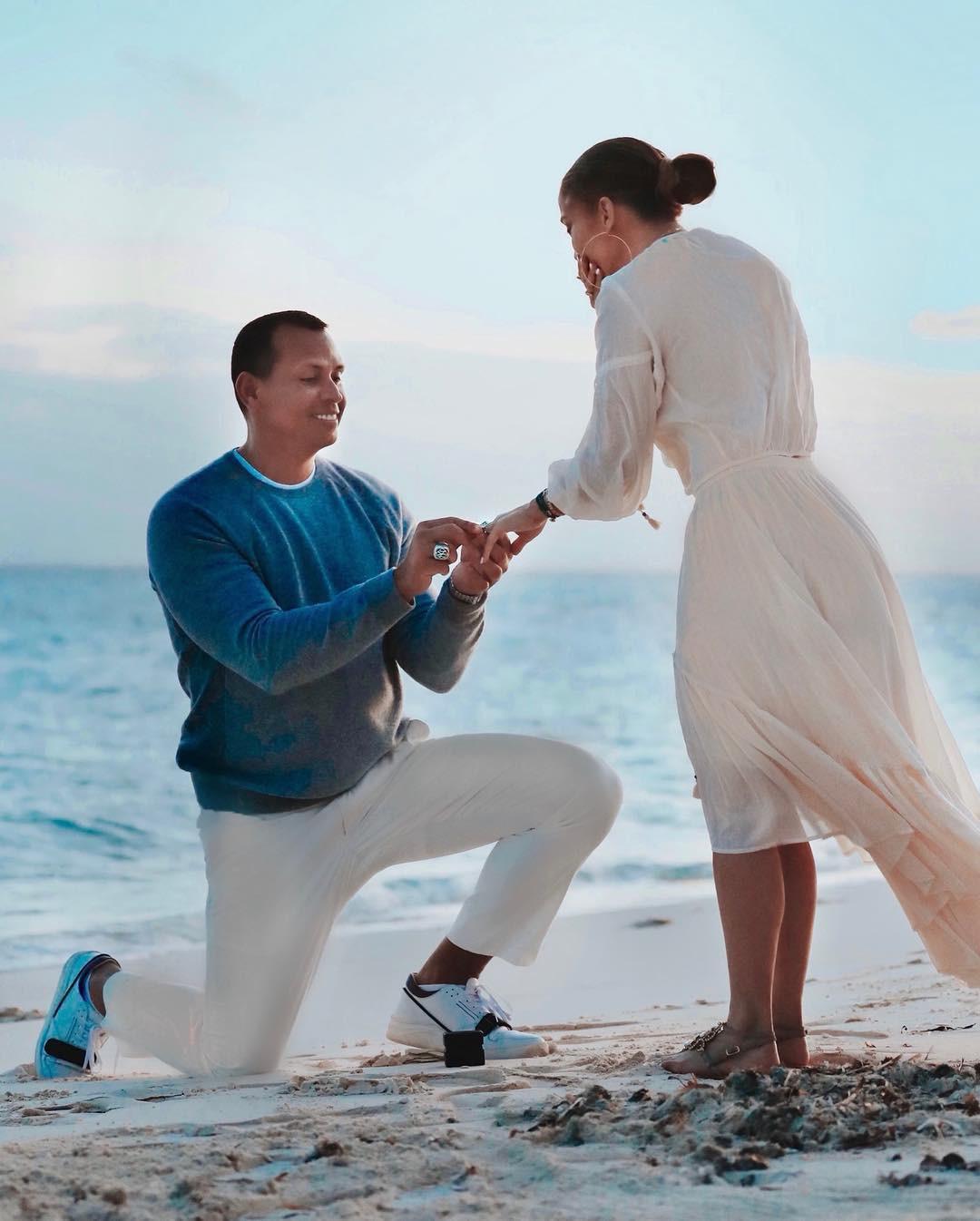 Sau khi khoe nhẫn siêu khủng, Jennifer Lopez tiếp tục gây ghen tị vì loạt ảnh cầu hôn đẹp như phim ngôn tình - Ảnh 4.
