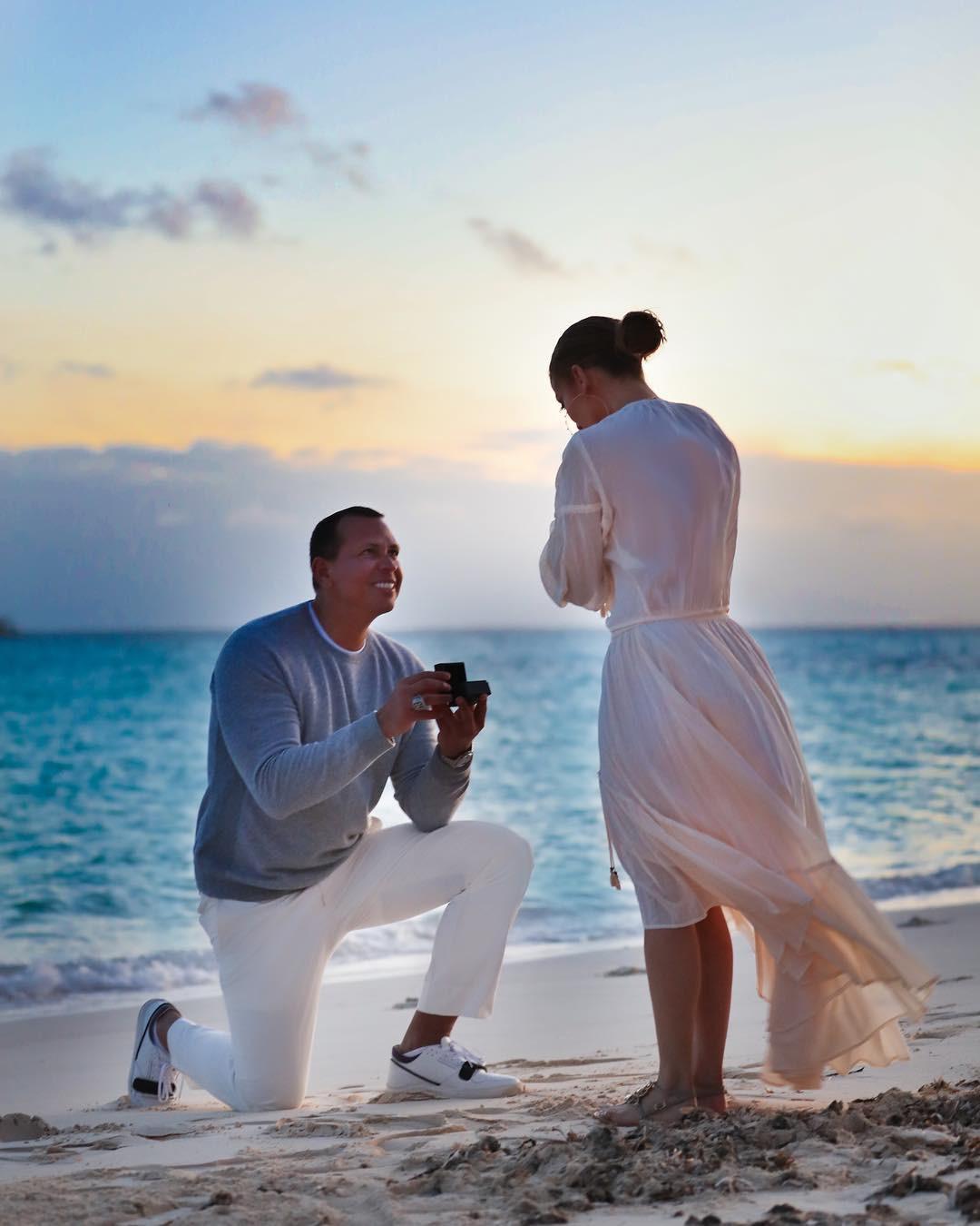 Sau khi khoe nhẫn siêu khủng, Jennifer Lopez tiếp tục gây ghen tị vì loạt ảnh cầu hôn đẹp như phim ngôn tình - Ảnh 3.