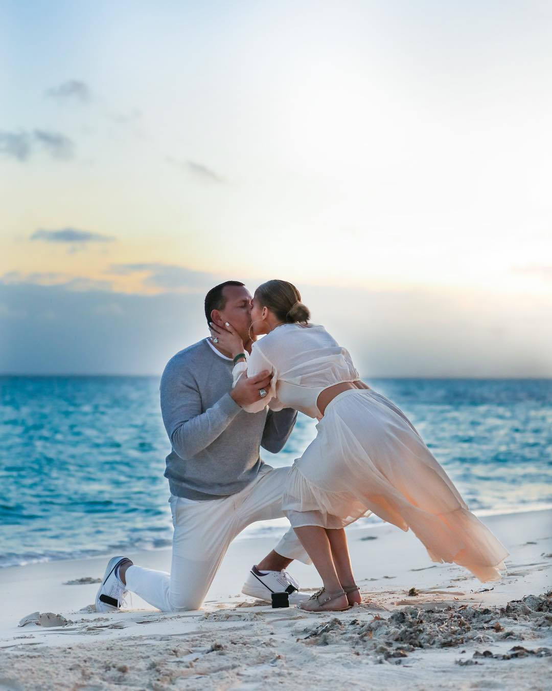 Sau khi khoe nhẫn siêu khủng, Jennifer Lopez tiếp tục gây ghen tị vì loạt ảnh cầu hôn đẹp như phim ngôn tình - Ảnh 5.