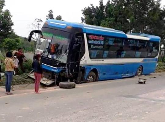 Tông trực diện xe khách, tài xế ô tô 7 chỗ tử vong trong xe biến dạng