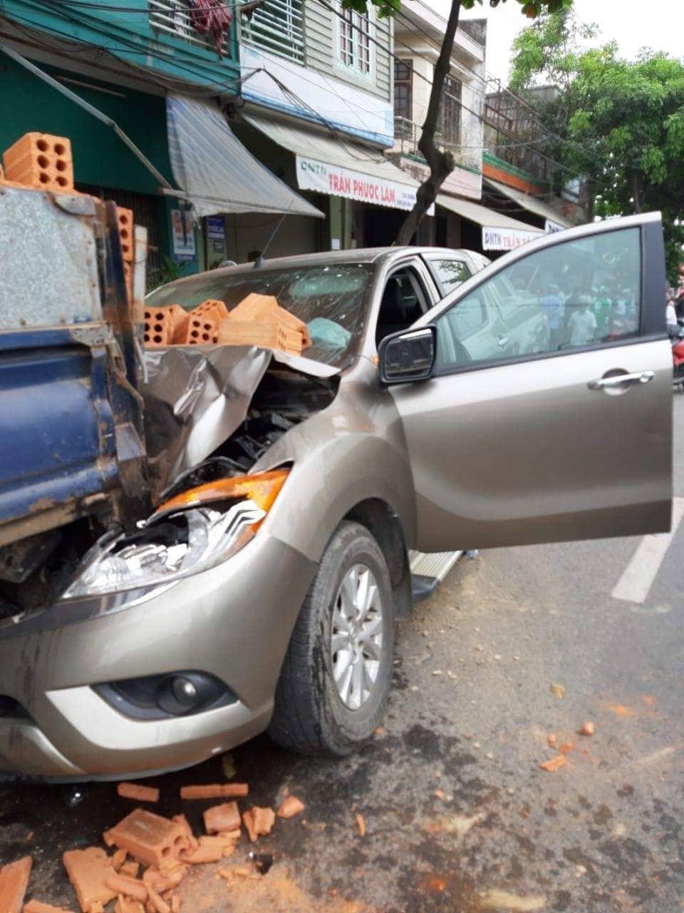 Dừng xe máy nghe điện thoại, nam thanh niên ở Đà Nẵng bị ô tô tông văng lên vỉa hè, ...