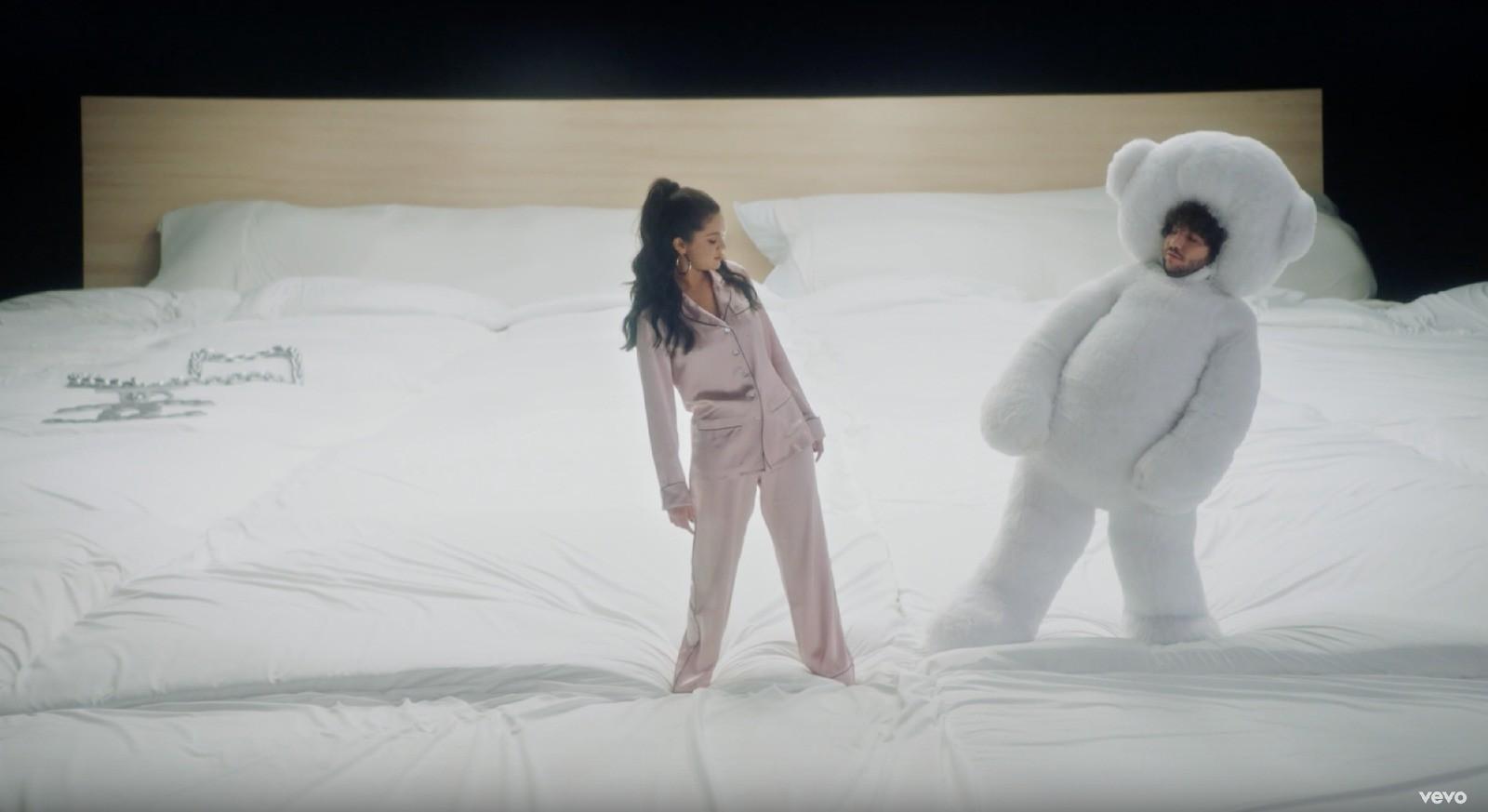 MV mới của Selena Gomez làm tình làm tội gì mà khán giả ra giá kinh phí ở con số không tưởng thế này? - Ảnh 3.