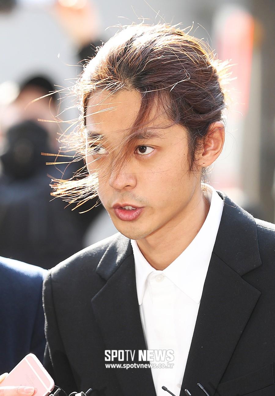 Jung Joon Young chính thức trình diện trong phiên thẩm vấn đầu tiên: Mặt mũi phờ phạc, phóng viên vây kín hỏi dồn dập - Ảnh 15.