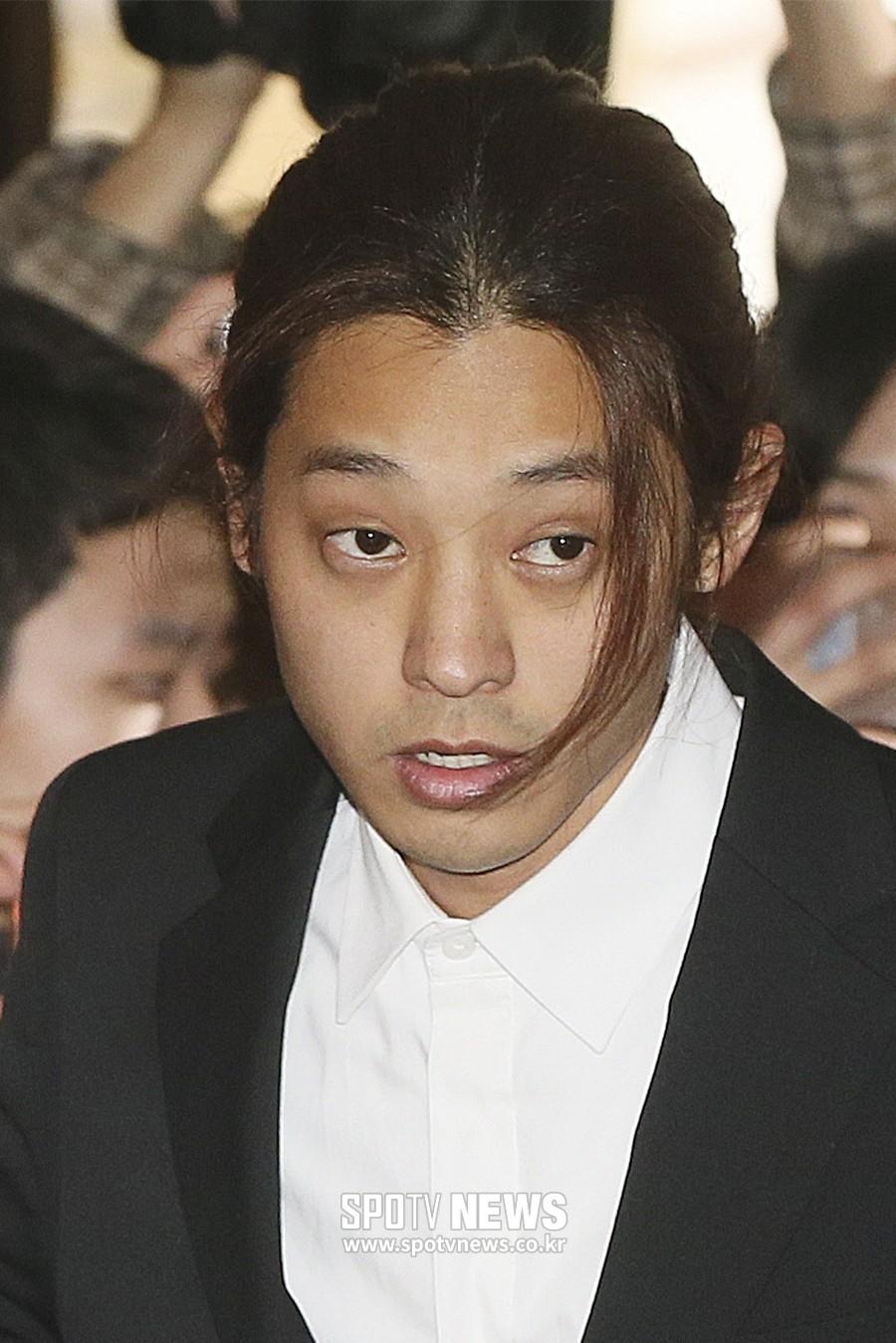 Clip Jung Joon Young chính thức trình diện trong phiên thẩm vấn đầu tiên: Phờ phạc, bị phóng viên vây kín, hỏi dồn dập - Ảnh 16.