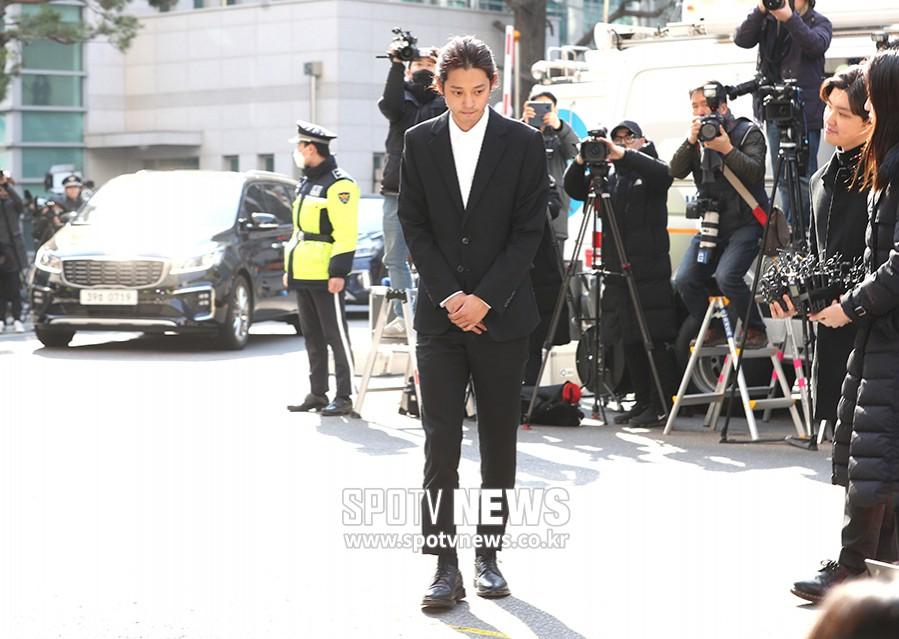 Jung Joon Young chính thức trình diện trong phiên thẩm vấn đầu tiên: Mặt mũi phờ phạc, phóng viên vây kín hỏi dồn dập - Ảnh 7.