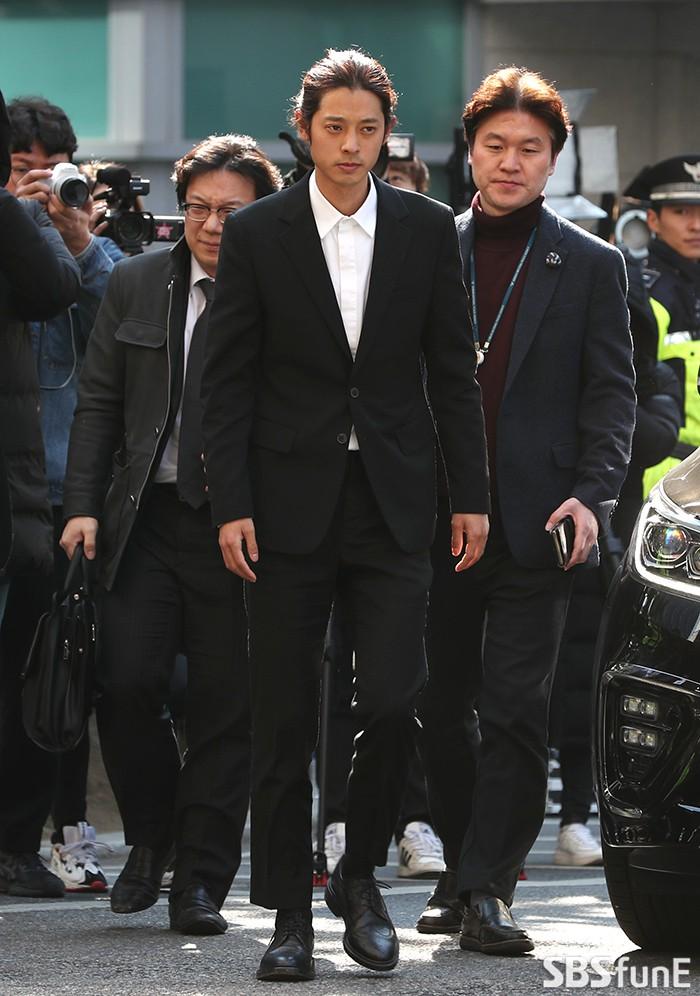 Clip Jung Joon Young chính thức trình diện trong phiên thẩm vấn đầu tiên: Phờ phạc, bị phóng viên vây kín, hỏi dồn dập - Ảnh 6.